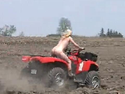 全裸でトラクターを乗り回す外国人お姉さん