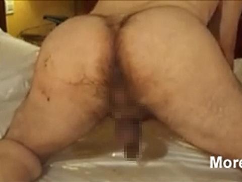 肛門に蠕虫(ぜんちゅう)を入れてチ●コをシゴく男性