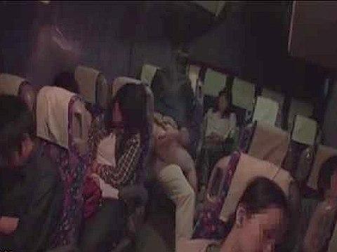 大阪行きの夜行バスで可愛い女の子に痴漢して中出ししたった