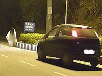 幽霊に扮して道路に現れるイタズラドッキリで車に轢かれてしまう仕掛け人