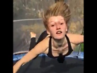 トランポリンで遊ぶ女の子に起きたハプニング