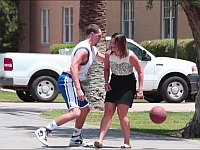 NBAのプロバスケットボール選手(のそっくりさん)がバスケ勝負を仕掛けてきた