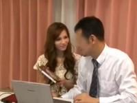 PC出張サポートしてくれた男性をエロDVDで誘惑する人妻