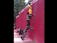 高い壁を3人で上る方法