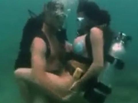 スキューバダイビングしながらエッチをするカップル