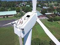 飛行ドローンで風力発電機を撮影したらおっさんが上で昼寝してたwww