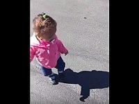 生まれて初めて自分の影に気が付いて絶叫しながら逃げる幼女