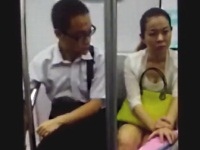 電車内で女性の胸元を覗こうとする男性