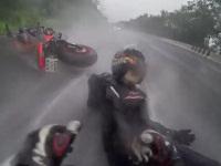 2人乗りのバイクが横転し、彼女を必死で守る彼氏