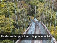 撮影しながら吊橋を渡ってる最中に落ちる衝撃の瞬間