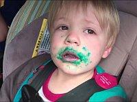 「カップケーキ食べた?」という質問に「ノー!」と答える顔中ベトベトの男の子