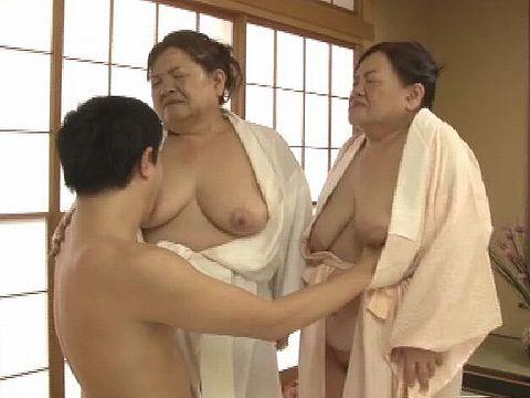 仲良し双子姉妹が衝撃のAVデビュー!! ※ただし六十路の老婆