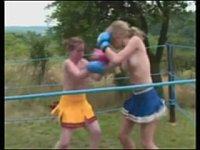 【外国】チアガールたちがおっぱい丸出しでガチなボクシングをしてみた