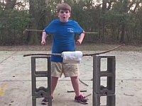 ポッチャリな男の子が木の棒を空手で折ろうとするも