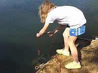 湖に強力磁石を投げ入れたら何が釣れるかな?