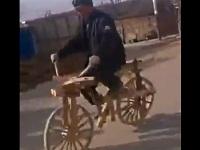 木製の自転車に乗る男性