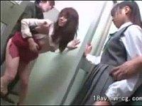 映画館で娘の手を握ってる母親を痴漢して娘の前で犯す