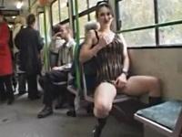 電車の中でアソコを弄る露出お姉さん
