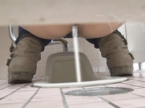 体育館のトイレで無毛の女の子のワレメを盗撮