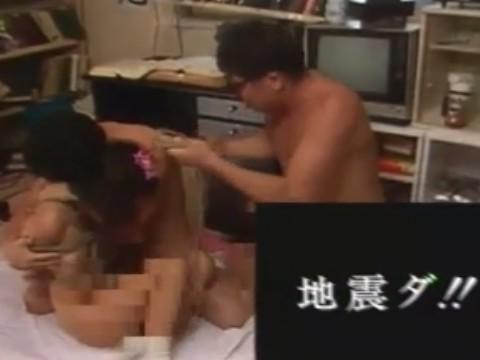 SM嗜好の浪人生と先輩がJKと緊縛3Pの最中に地震発生!