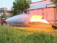 強力な消火ホースと火炎放射器を真っ向勝負させたらどちらが打ち勝つか?
