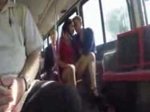 バスの中でフェラする外国人カップル