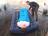 熟睡中の友人を湖に放流するイタズラドッキリwww