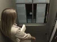 エレベーターが天井を突き抜けるドッキリ