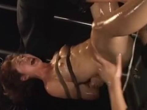 両手拘束された女スパイが逆さ吊りとオモチャ責めで連続絶頂!