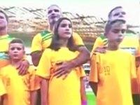 国歌斉唱中に少女の胸をさするサッカー選手
