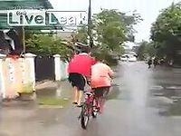 斬新な方法で自転車を2人乗りする少年たち