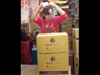 まるでカンフー!ダンボールを早業で梱包する中国のおばさん