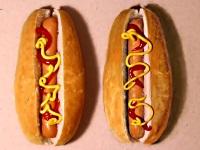 ホットドッグやコーラを本物そっくりに描く男性