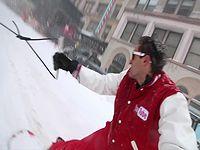 大雪が降ったニューヨークの街中をスノーボードで激走する男が自由すぎるwww