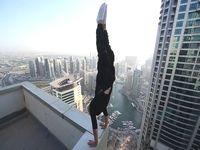 命知らずな男がビルの屋上で逆立ちパフォーマンス...!
