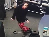 発作を装って募金箱を盗む女性