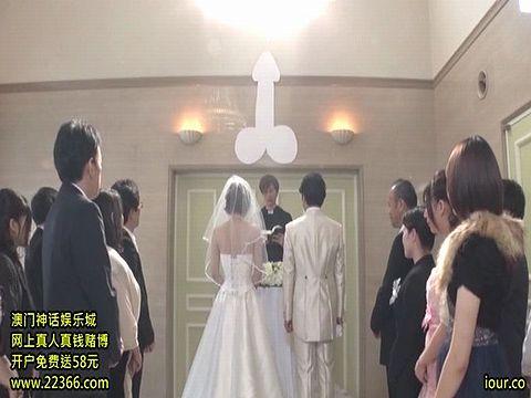 セックスのハードルが低すぎる世界で行われたカオスな結婚披露宴
