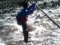 通学するのも命がけ!川を渡って通学する子供たち