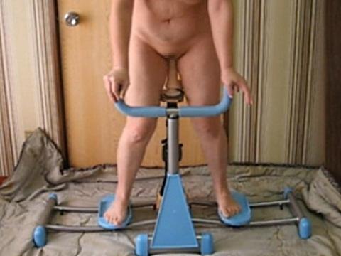 ダイエットマシンにディルドをつけてトレーニングする人妻さん