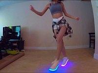 あなたはどこを見る?女性が光る靴を履いてシャッフルダンスを踊るだけの動画