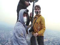 高さ384m!中国の信興広場タワーに命綱なしで登る映像が怖すぎィ!!