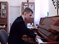 ピアノで美しい音色を奏でる生まれつき指のない15歳の少年