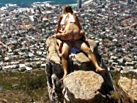 崖の先端で野外エッチを楽しむカップル