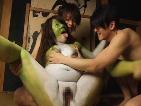 謎のカエル女が男たちにレイプされている閲覧注意の衝撃映像