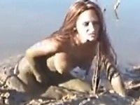 泥に浸かりながら外国人お姉さんがオナニー