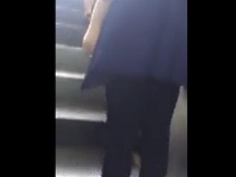 エスカレーターで後ろからザーメンを足にぶっかけられる女性