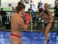 トップレスでボクシングをする外国人のお姉さんたち