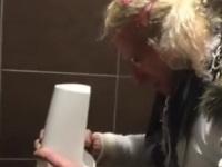 トイレ掃除用のブラシ入れに溜まった水を飲むマジキチなオカマおじさん
