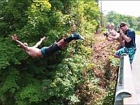 30メートル以上ある崖や橋の上からクリフダイビングする男たち