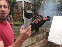 塗料入りのスプレー缶と芝刈り機を使った現代アートが危険すぎるwww